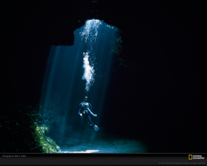 BestPhotosEver-blue-hole-skiles Weird Blue Holes That Are Magnets for Divers Around the World