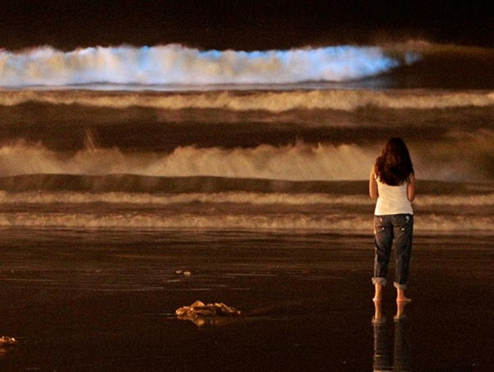 Bioluminiscent-blue-tide-waves Magnificent and Breathtaking Blue Waves that Glow at Night