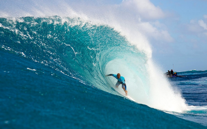 Dorian-vs-Slater-Quatert-Final-heat-@-Pipeline-Dec-2012 70 Stunning & Thrilling Photos for the Biggest Waves Ever Surfed