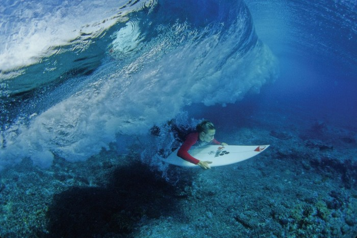 add-duck-dive-servais1 70 Stunning & Thrilling Photos for the Biggest Waves Ever Surfed
