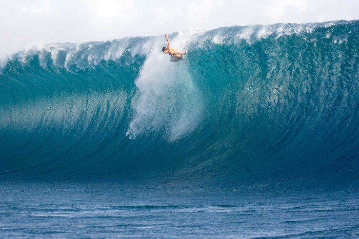 artbeetx 70 Stunning & Thrilling Photos for the Biggest Waves Ever Surfed
