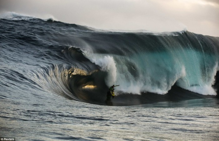 article-1083842-026379BF000005DC-39_468x302_popup 70 Stunning & Thrilling Photos for the Biggest Waves Ever Surfed