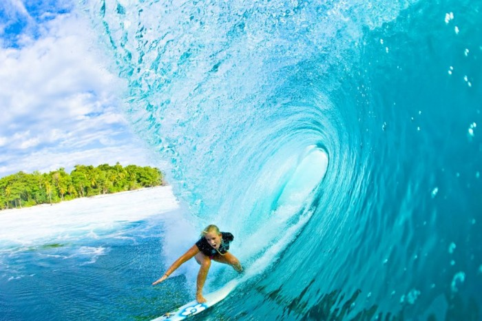 bethany_hamilton 70 Stunning & Thrilling Photos for the Biggest Waves Ever Surfed