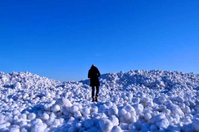 dipping-dots Massive Ice Boulders Found in a Huge Number on Lake Michigan Shore