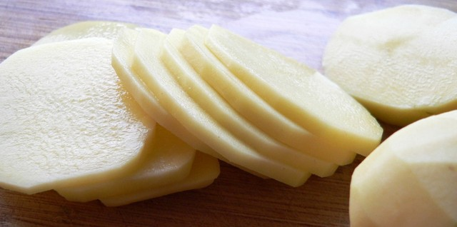 photo-potato_slice_cure_stain_hand_face_large Home Remedies For Curing Acne For Both Men And Women