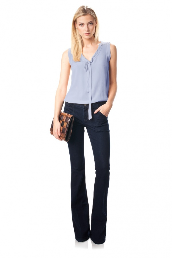 v-neck-top-to-look-taller7 10 Expert Tips For Women To Look Taller