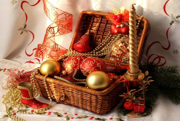 186797__christmas-decorations-balloons-sapozhok-beads-ribbon-red-candle-a-basket-a-branch-of-tree_p 79 Amazing Christmas Tree Decorations