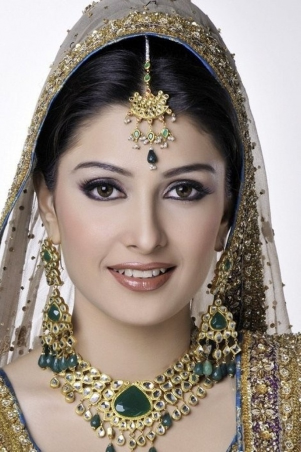 Beautiful-Aiza-Khan-Bridal-Looks-5 Differences between Engagement & Wedding Make-up, What Are They?
