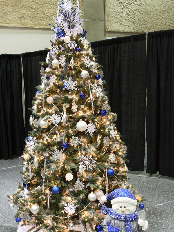 Christmas-tree-decorating-ideas-Blue-and-White 79 Amazing Christmas Tree Decorations