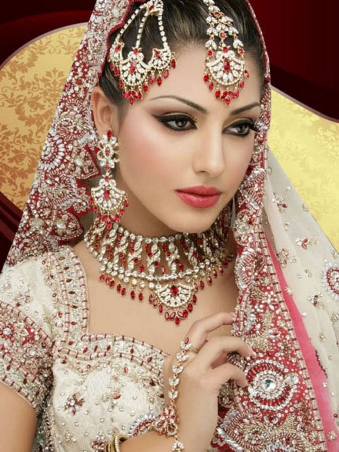 Latest-Bridal-Makeup-Tips-2013 Differences between Engagement & Wedding Make-up, What Are They?