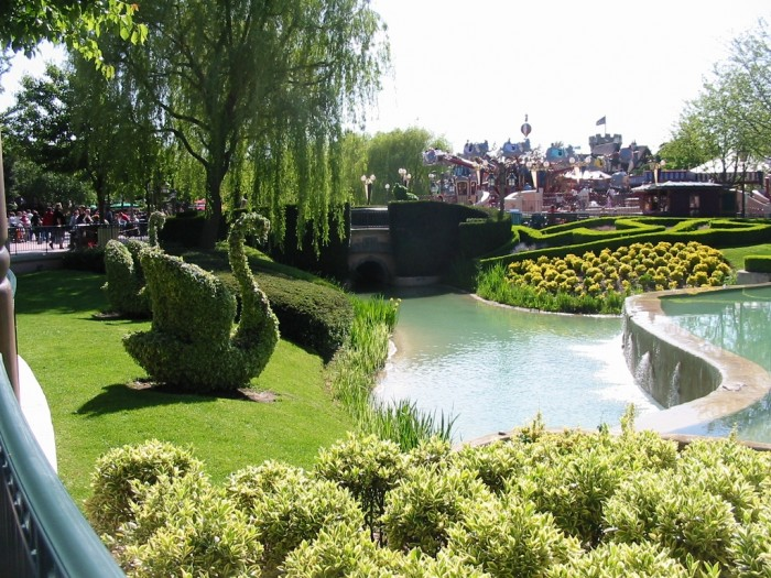 Park_and_water_scene_in_disneyland_Paris_may_2005 Top 10 Romantic Vacation Spots for Couples to Enjoy Unforgettable Time