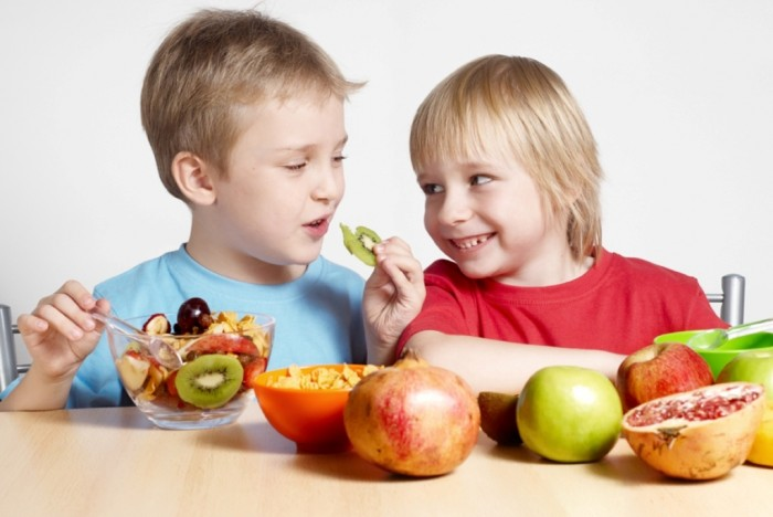 Two-small-friends-with-fruit-web Do You Know How to Train Your Child to Use the Five Senses?