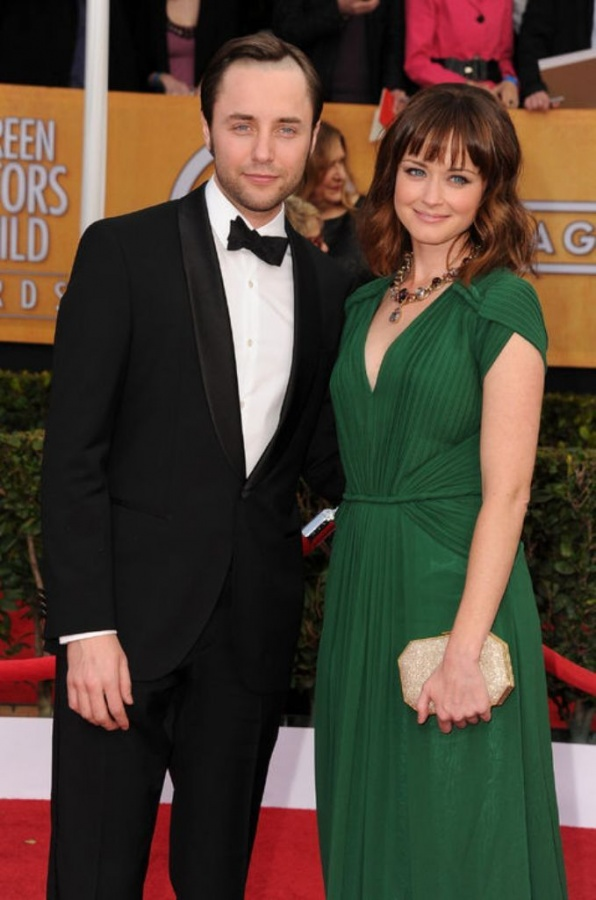 alexis-bledel-vincent-kartheiser-engaged-engagement-engagement-ring-rings-mad-men-celebrity-weddings-0320-h724 35+ Fascinating & Stunning Celebrities Engagement Rings for 2019