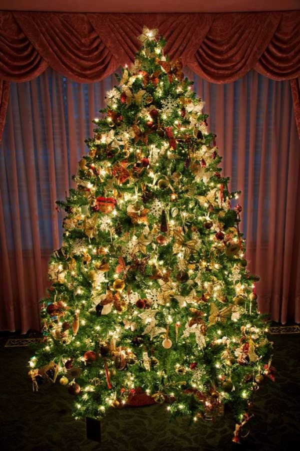 amazing-decorated-and-lighted-christmas-tree Dazzling Christmas Decorating Ideas for Your Home in 2017 ... [UPDATED]