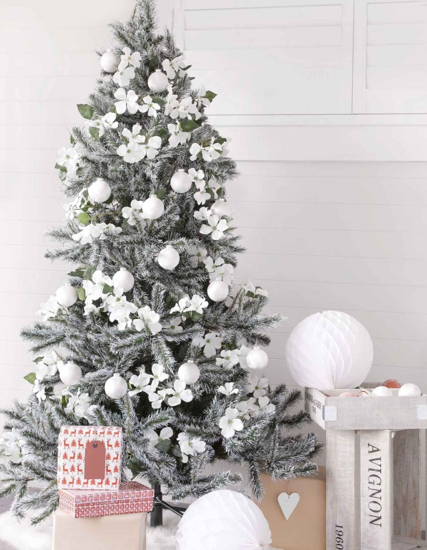cool-design-ideas-inspiring-winter-snowy-splash-christmas-tree-decorated-with-amazing-white-fresh-flowers-and-chsitmas-blown-glass-ball-ornaments-holy-colorful-christmas-tree-decorations 79 Amazing Christmas Tree Decorations