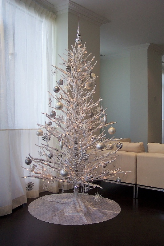 cool-design-ideas-wonderful-contemporary-white-winter-christmas-decoration-theme-with-beautiful-silver-ornaments-decorative-round-tree-skirt-and-cool-topper-in-chrome-holy-colorful-christmas-tree-de 79 Amazing Christmas Tree Decorations