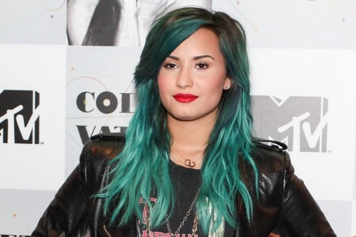 demi-lovato-coletiva-imprensa-brasil-2013-babado-confusao-querida-turne 20 Worst Celebrities Hairstyles