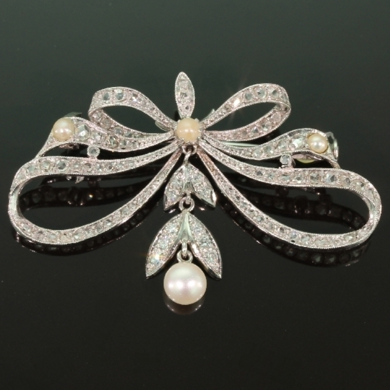 13234-0078.p00_Belle-epoque-antique-diamonds-platinum-bow-brooch-can-be-worn-as-pendant-too-en 35 Elegant & Wonderful Antique Diamond Brooches