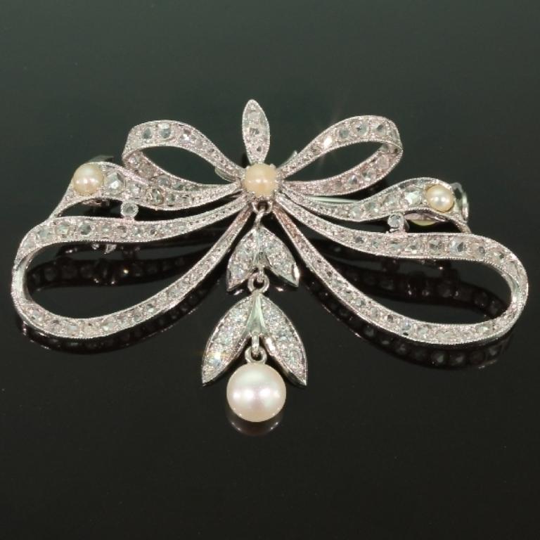 13234-0078.p00_Belle-epoque-antique-diamonds-platinum-bow-brooch-can-be-worn-as-pendant-too-en 35 Elegant & Wonderful Antique Diamond Brooches