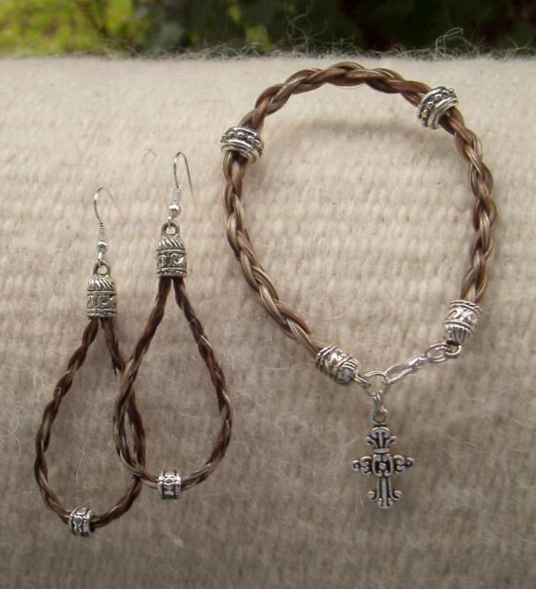 644095_476485915719153_234615499_n 45 Elegant & Breathtaking Horse Hair Bracelets