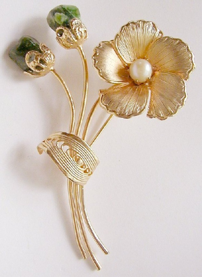 BecfranGoldtoneFlowerFauxPearlJade 50 Wonderful & Fascinating Pearl Brooches