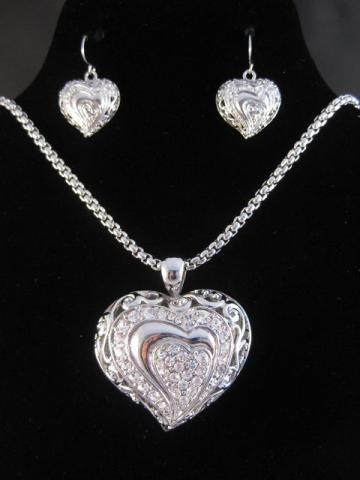 Silver_Heart_NecklaceSet.jpeg How To Choose The Right Necklace For Your Dress?