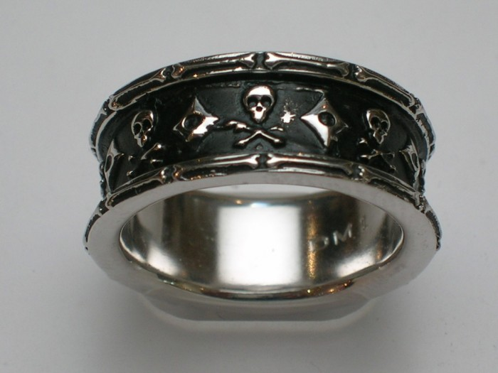 Skull-ring 40 Unique & Unusual Wedding Rings for Him & Her