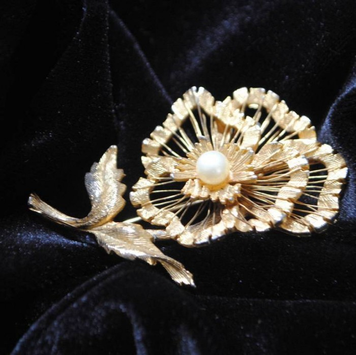 original_vintage-gold-flower-and-pearl-brooch 50 Wonderful & Fascinating Pearl Brooches