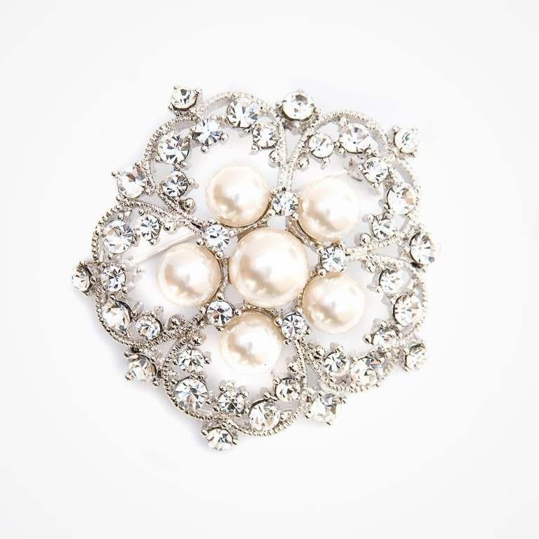 sparkling-crystal-brooch 50 Wonderful & Fascinating Pearl Brooches