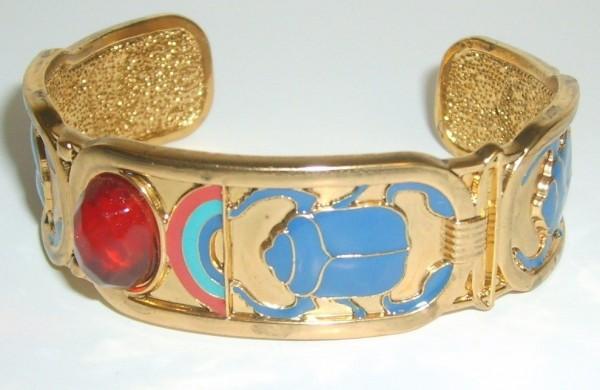 1000x10003-1 49 Famous Forearm Jewelry Pieces