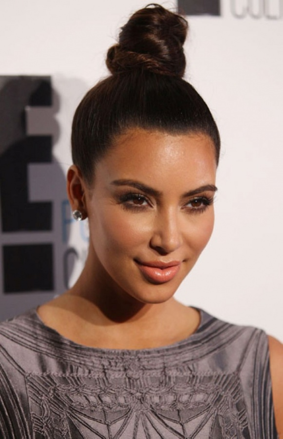 0919-kim-kardashian-piled-bun-hairstyle_bd Top 10 Worst Fashion Trends & Fads To Avoid in 2019
