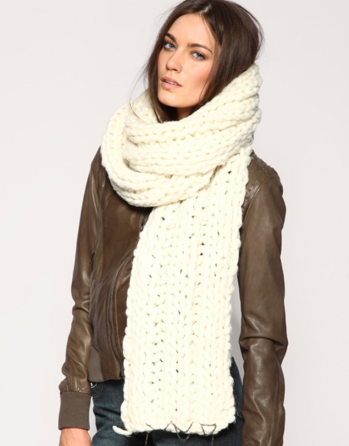Chunky-Knit-Scarf 10 Elegant Scarf Trend Forecast for Fall & Winter 2020