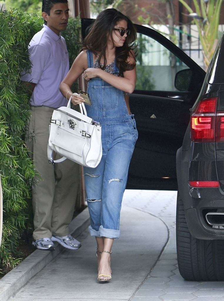 Selena-Gomez-SGP-web-expires-24-09-14 21+ Most Stylish Teen Fashion Trends for Summer 2019