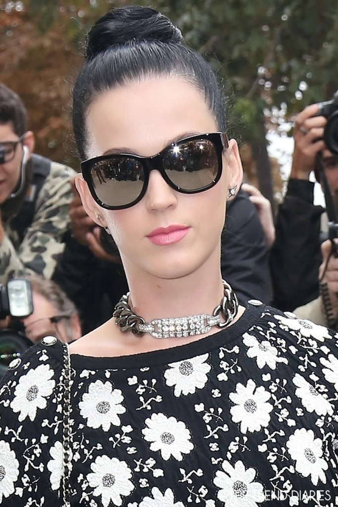 katy-perry-style-chanel-fashion-show-paris-fashion-week-sunglasses-chain-necklace-bun-hair 20+ Hottest Necklace Trends Coming for Summer 2020