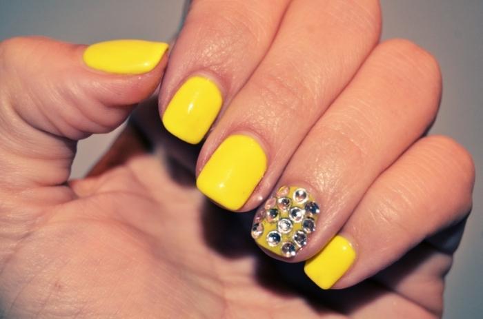 neonnails11 Top 15 Beauty Trends that Men Hate