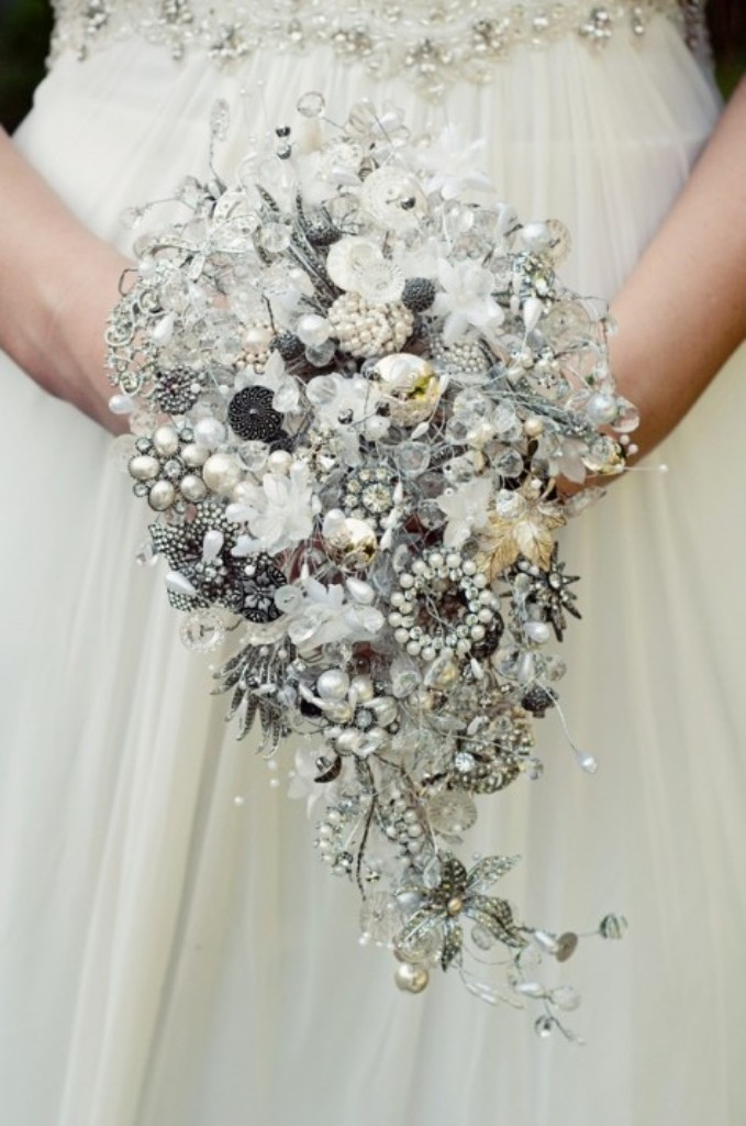 Debbie-Carlisle-Bouquets_teardrop-shower-jewellery-bouquet_£975_photographer-Emma-Case-473x713 25 Fabulous Bridal Brooch jewelry Bouquets