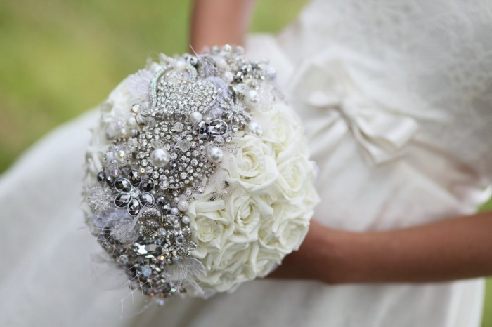 brooch-bridal-bouquet-with-tulle-pearls 25 Fabulous Bridal Brooch jewelry Bouquets