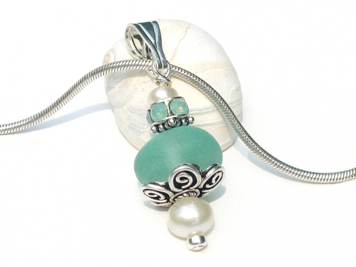 photo-pendant-necklace-109 25 Pieces of Elegant & Fashionable Glass Jewelry