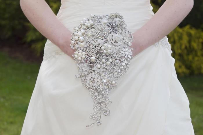vintage-brooch-bouquet-aurora_0 25 Fabulous Bridal Brooch jewelry Bouquets
