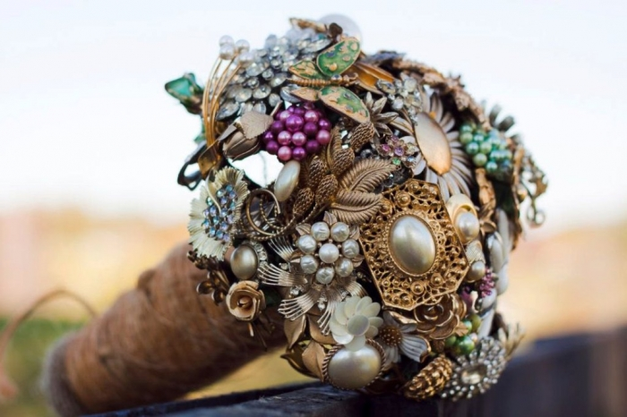 wedding-flower-alternatives-bridal-bouquets-from-etsy-gold-ornate-brooches 25 Fabulous Bridal Brooch jewelry Bouquets