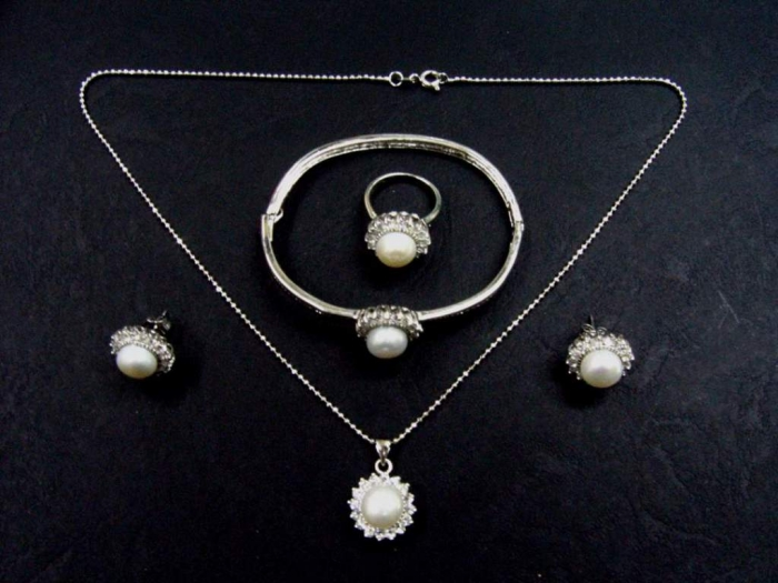 Pearl_Jewelry_Set How to Take Care of Your Pearl Jewelry