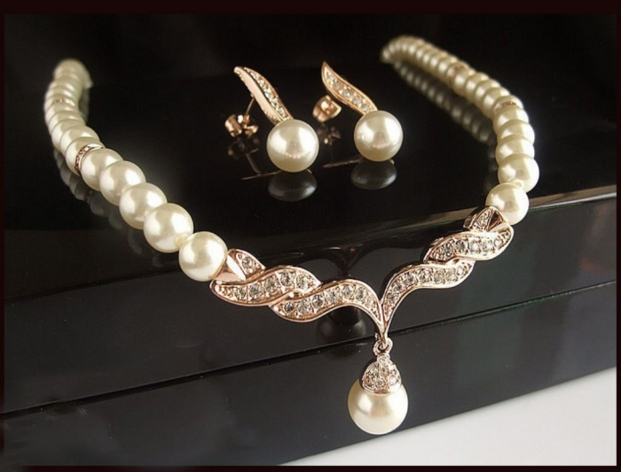 gold_plated_pearl_rhinestones_bridal_set_1 How to Choose the Right Wedding Jewelry for Your Bridesmaids