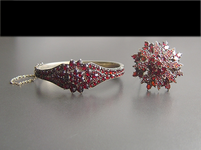 jewellery-set-garnet 25 Victorian Jewelry Designs Reflect Wealth & Beauty