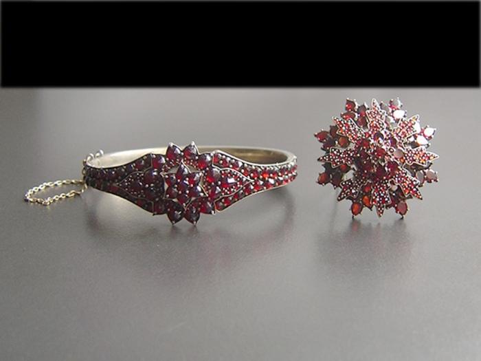 jewellery-set-garnet 25 Victorian Jewelry Designs Reflect Wealth & Beauty