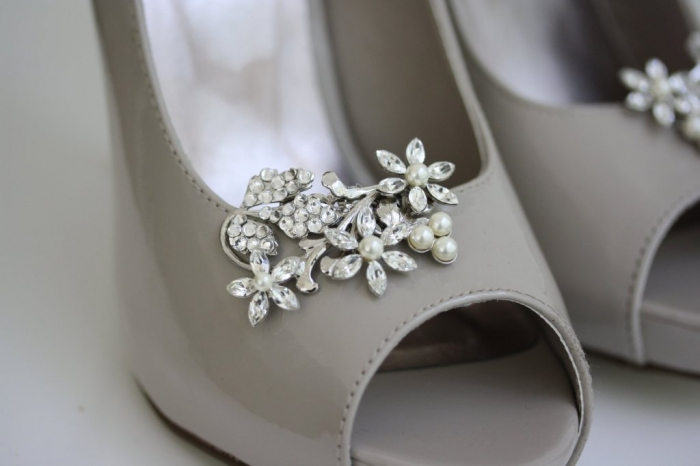 pretty-little-wedding-shoe-clips-fun-affordable-bridal-accessories-4.original 27 Ideas Bring a New Life to Your Shoes by Adding Shoe Clips & Charms
