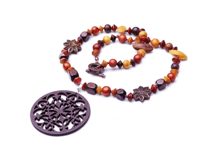 4079586373_49442938ea_b1 Create Fascinating & Dazzling Jewelry Pieces Using Wooden Beads