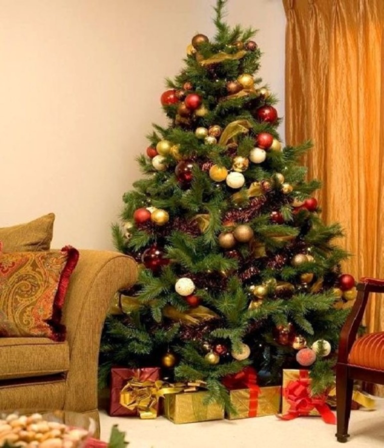 decorating-christmas-tree-burlap__ 24 Latest & Hottest Christmas Trends for 2021