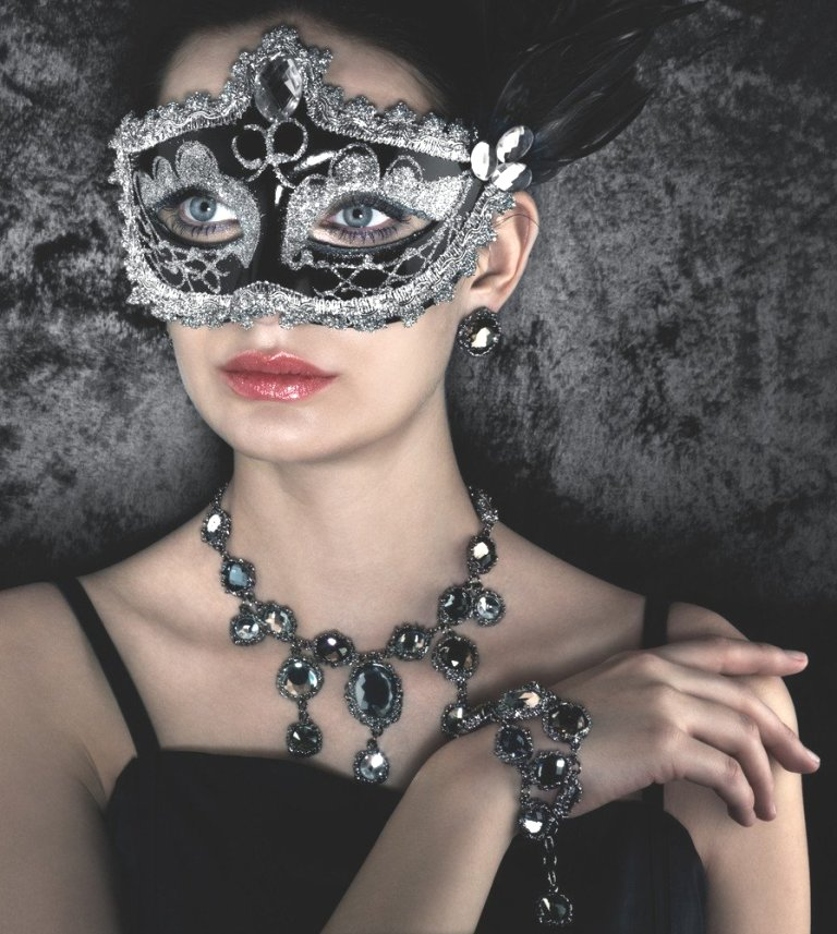 x1378034477_costume-jewelry.jpg.pagespeed.ic_.7AZWxJegQq Get a Royal & Fashionable Look with Costume Jewelry
