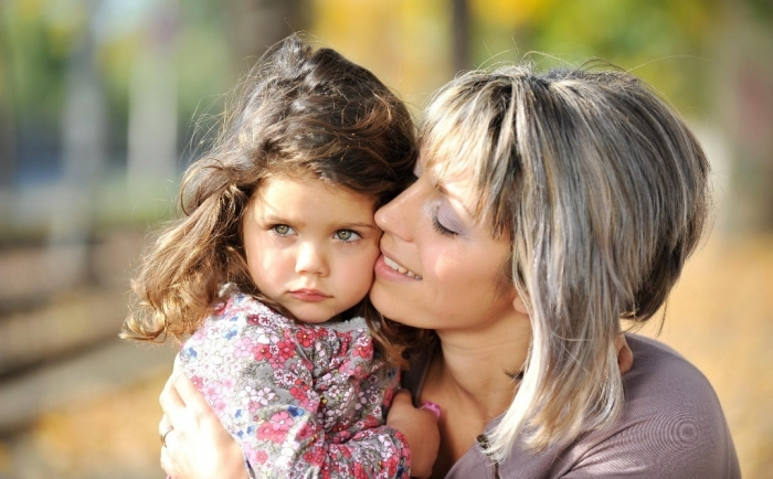 daughter-wallpaper-mother-baby-girl-tenderness How to Be a Happier Mother