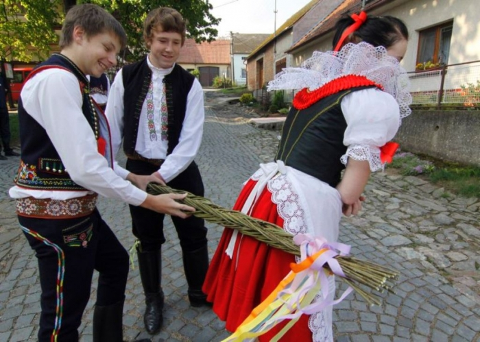 Top-15-Strangest-Traditions-Habits-People-Have-2 Top 15 Strangest Traditions & Customs People Have